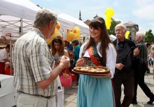 Brezelkönigin Melanie Müller im Einsatz fürs Brot
