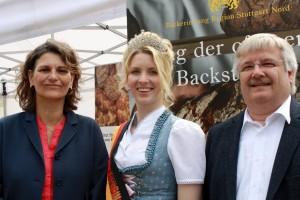 Prominenz I: Die Stuttgarter Landtagsabgeordnete Brigitte Lösch neben Brezelkönigin Tanja Angstenberger und Bäckerinnungs-Geschäftsführer Frank Sautter