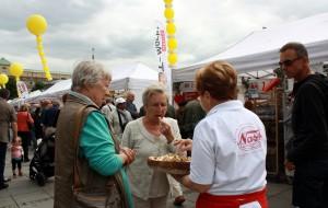 Kundinnen essen Probier-Stücke vor den Brotmarkt-Ständen