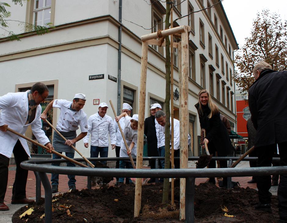 Beim Schaufeln halfen auch Bezirksvorsteherin Veronika Kienzle und Gartenamtsleiter Volker Schirner (rechts).