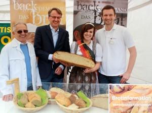 Am Stand der Brotprüfung: Brotmarkt-Erfinder Rudolf Frank, Erster Bürgermeister Michael Föll, Brezelprinzessin Jasmin Kranz und Brottester Joachim Burkart.