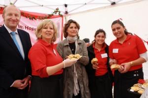 Prominenz auf dem Brotmarkt: Brigitte Lösch (Mitte), Vizepräsidentin des Landtags, am Stand der Hoppenlau-Schule