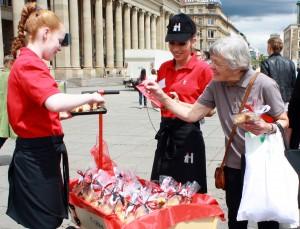 Hoppenlau-Schülerinnen verkaufen Flachswickel