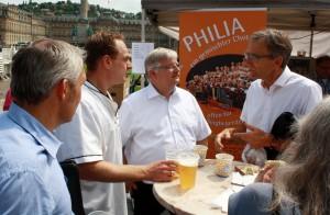 Werner Wölfle, Stuttgarts Verwaltungsbürgermeister, diskutiert am Stand der Philia mit Bäckern und Besuchern