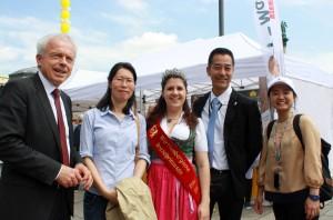 Andreas Kofler, Geschäftsführer beim Landesinnungsverband der Bäcker (links), begrüßt eine Delegation aus Japan auf dem Brotmarkt