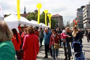Besucher an der längsten Brottheke Stuttgarts